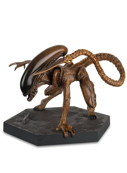Alien and Predator Mega Runner Xenomorph Statue