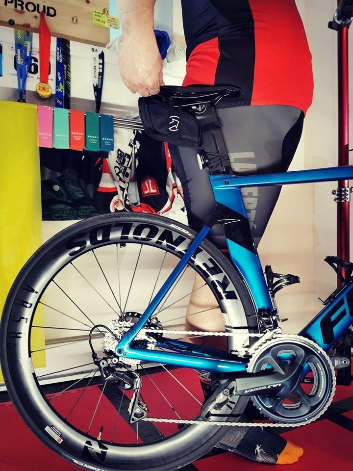 Enfilez vos chaussures, installez vous à côté de votre vélo et relevez la selle jusqu'à la hauteur de votre hanche.
