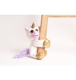 La Licornerie Toutou-câlin qui se tient sur le bras Licorne à pois