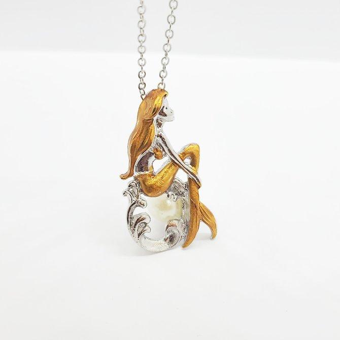La Licornerie Collier pendentif petite sirène assise sur une perle