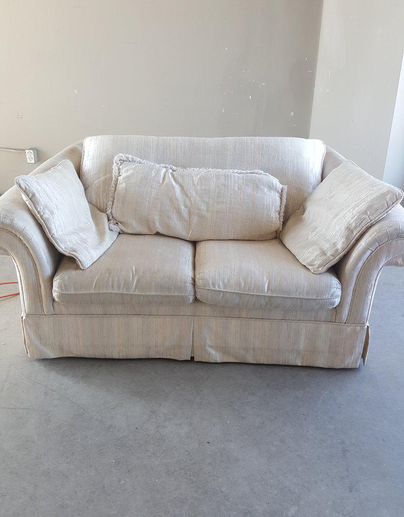 Markham West Store White Living Room Loveseat