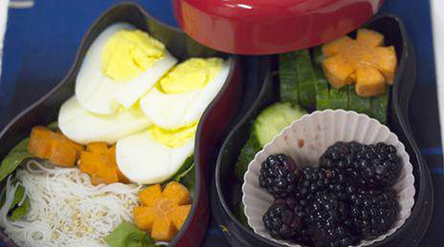 How to make decorative flower shaped carrots for bento lunches