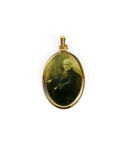 Golden outline medal of Saint Brother André