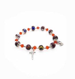 Bracelet rouge, verre Murano brodé argent (croix et médaille en métal) sur élastique