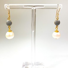 Ali and Bird e037dove/pea dove enamel, pearl on gold earring