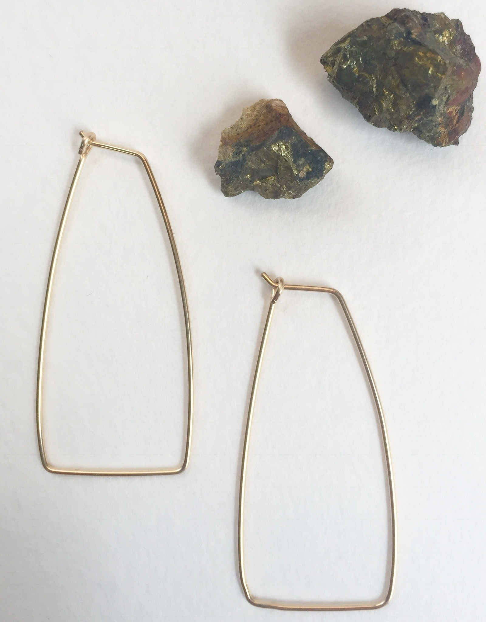 EARRING LAURA ROUND ELONGATED TRAPEZOID HOOP