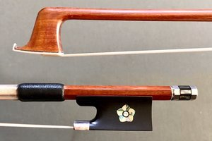 Flamed 3/4 Pernambuco violin bow with pearl flower inlay in frog
