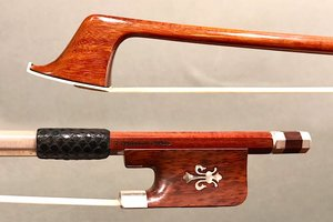 Arcos Brasil T. PAMPOLIN cello bow by Arcos Brasil : snakewood & silver frog, with pearl fleur-de-lis inlay.