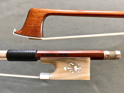 Arcos Brasil Arcos Brasil violin bow: horn & silver frog, inlaid with pearl fleur-de-lis