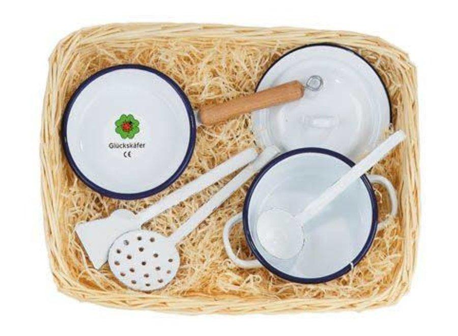 Gluckskafer Enamel Cooking set in cane basket