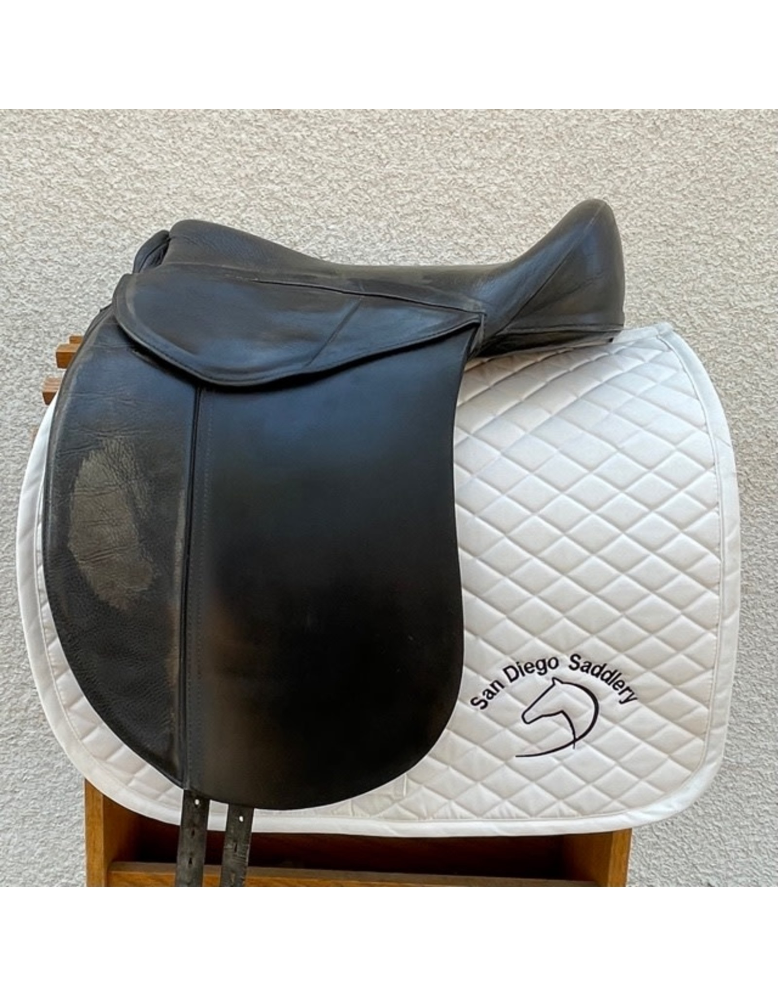 "Nursey Treeless Dressage Saddle 17"""