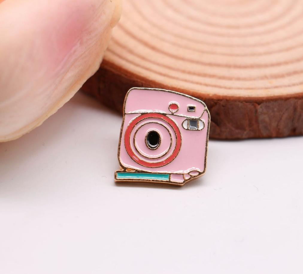 Xiu Hong Retro Pin