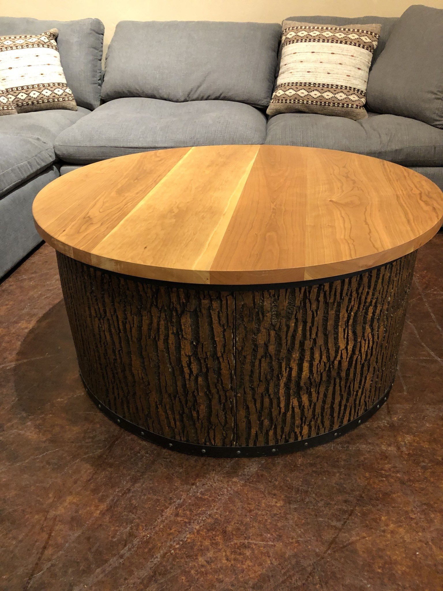 Green Gables Mossy Oak Carver Point Round Coffee Table w/Natural Bark-Cherry Top