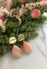 Flora Ciccarelli Boucles d'oreilles avec plaque ondulée et goutte en opale rose (220-102)