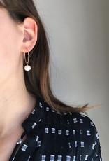 Flora Ciccarelli Anneaux 24mm avec perle d'eau douce sphérique aplatie (119-104)