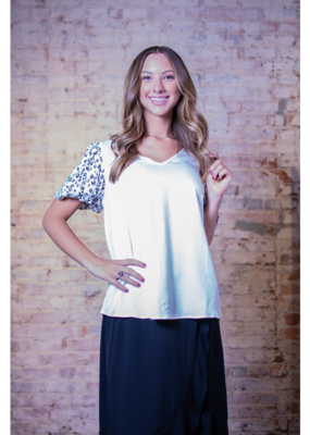 Entro Solid V-neck w/ contrast leopard print sleeves - Lottie