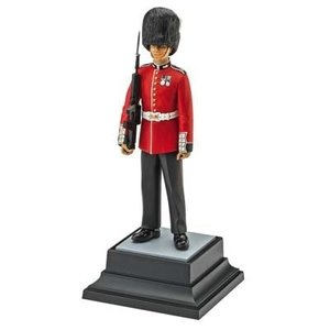 Revell of Germany . RVL 1/16 QUEEN'S GUARD