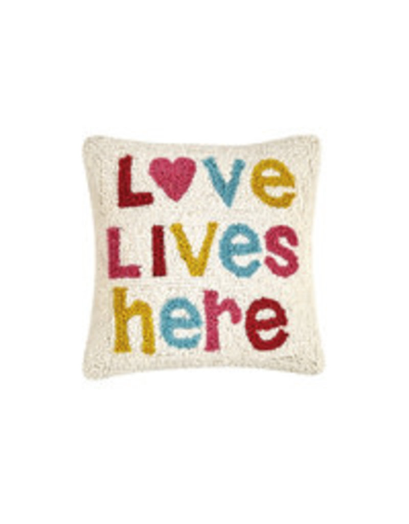 love lives here hooked pillow 30tg471c10sq
