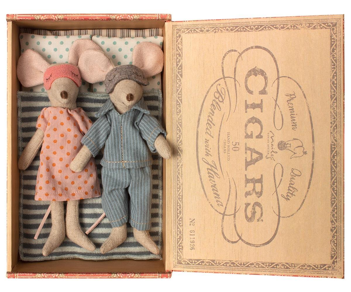 Mum & Dad Mice in Cigar Box-2
