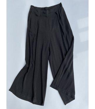 M Made in Italy Woven  Capri Pant - Black
