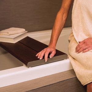Siège sécuritaire pour le bain en bambou par Invisia