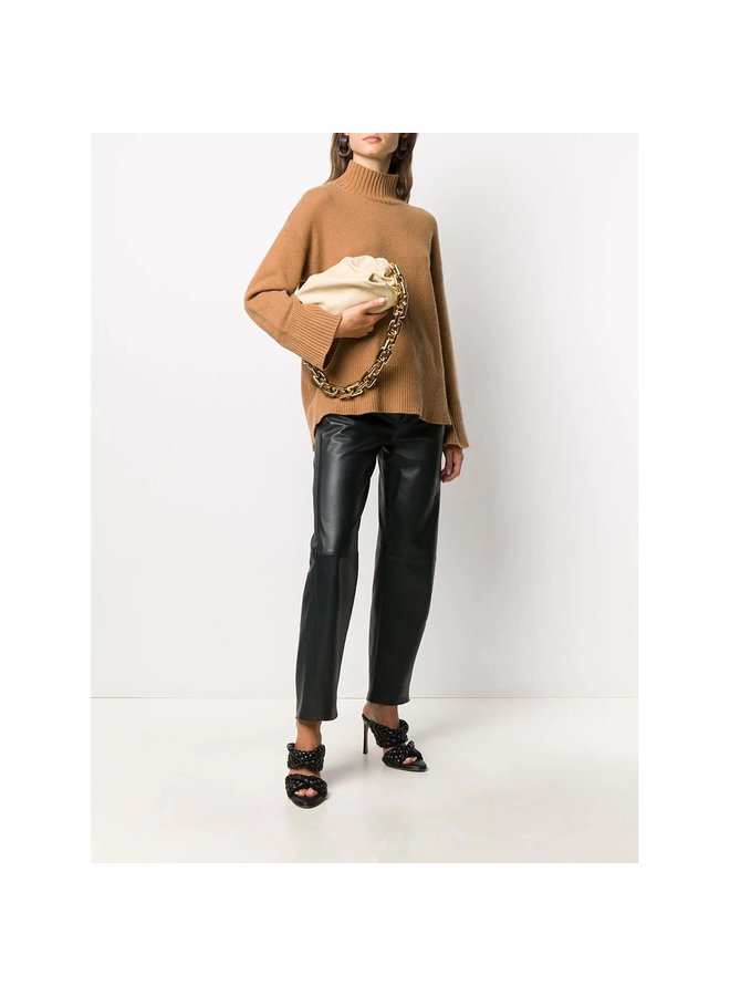 Chain Pouch Shoulder Bag in Leather in Porridge/Gold