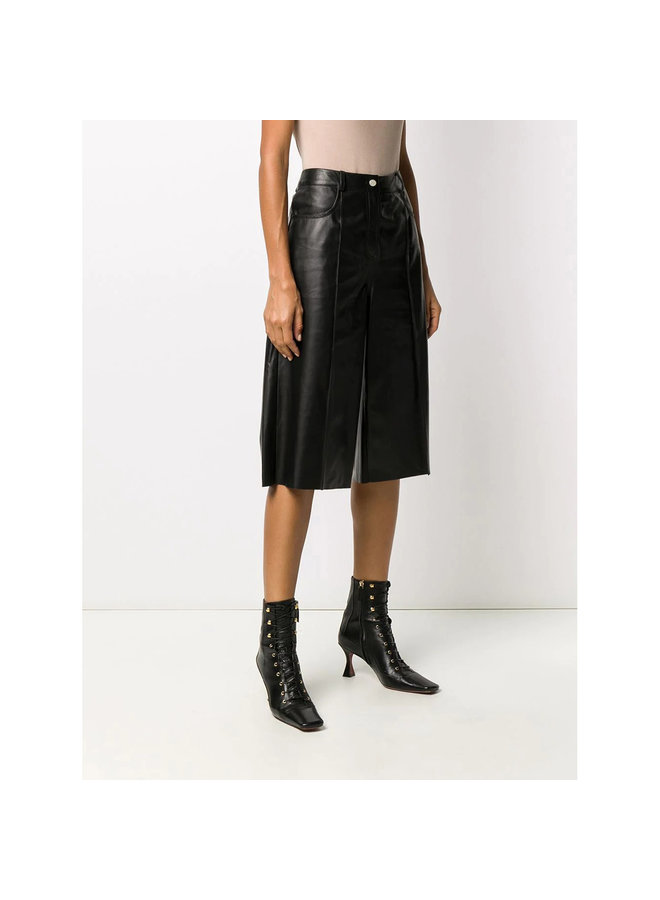 Knee Length Shorts in Leather in Black