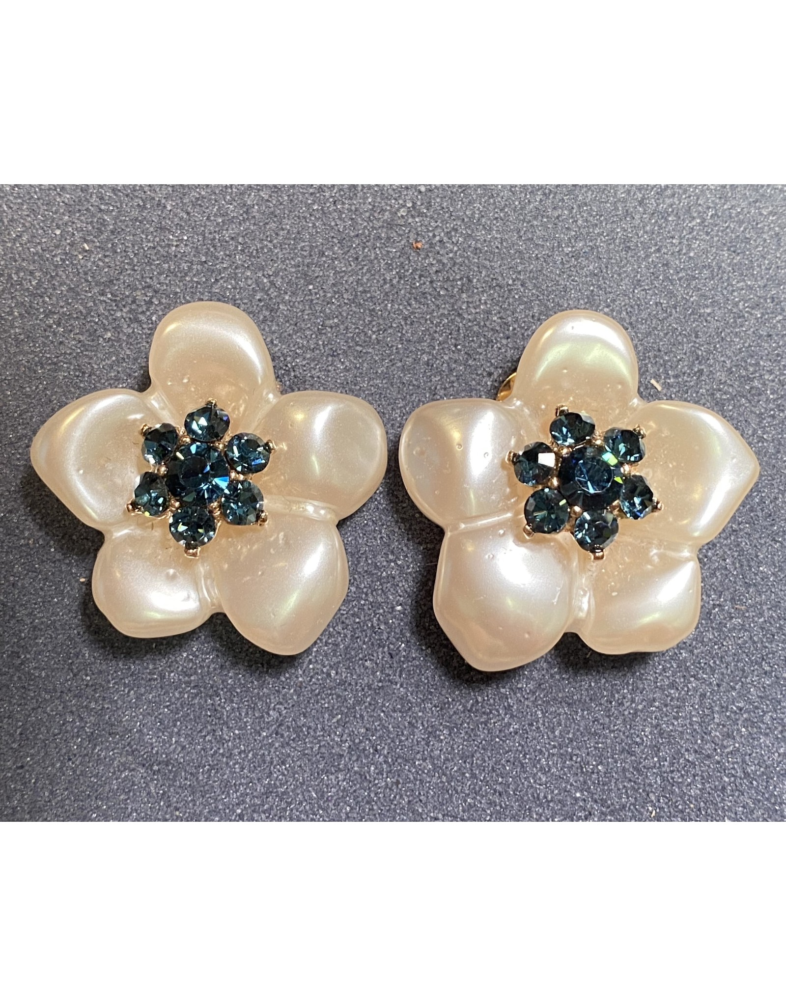 VC Italy Pearl Flower Blue Center Clip Earring