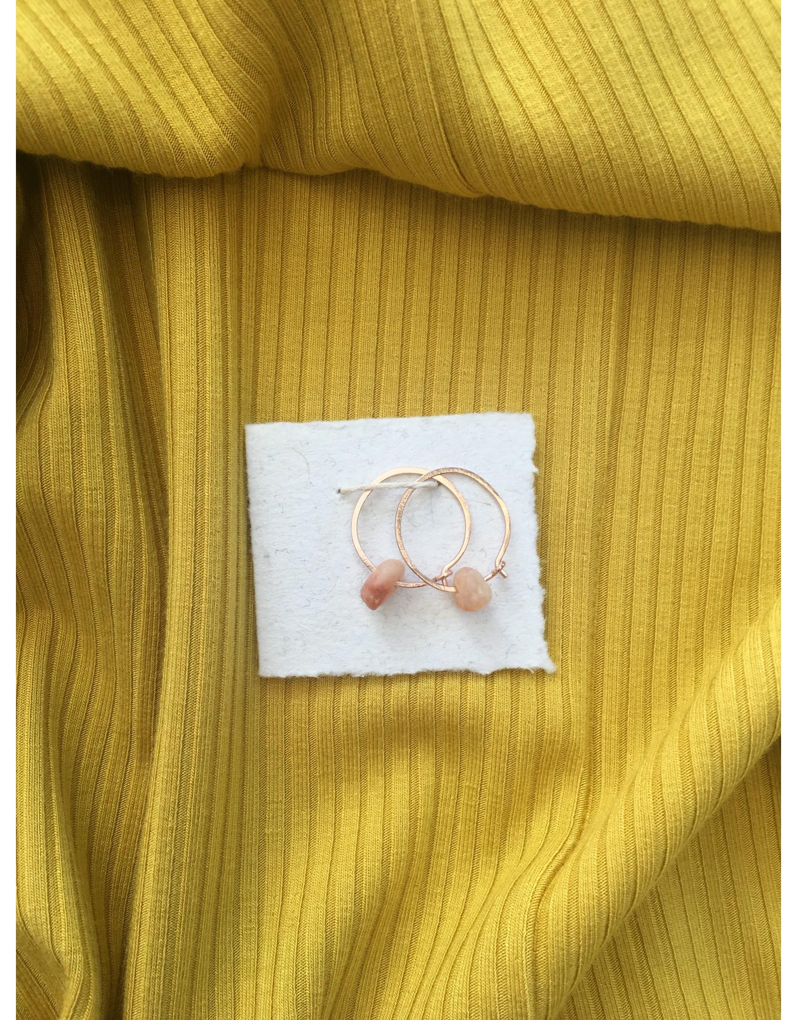 Les Parcelles Boucles d'oreilles  Anneaux Martelés 14K - Pierres roses foncées