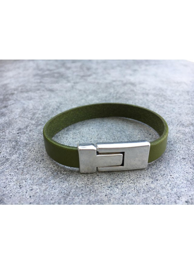 Leather band bracelet w/silver plated clasp