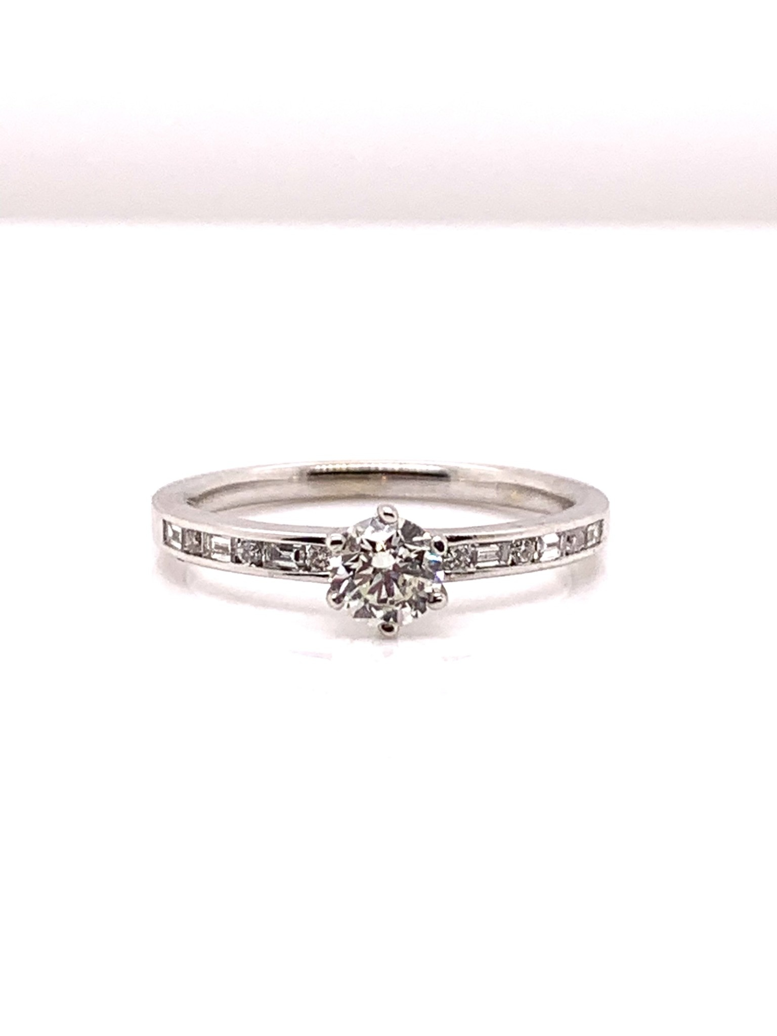 18k white gold 0.37 ct (center) diamond engagement ring size 6.5