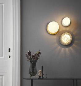 Nuura Liila 1 wall light by Sofie Refer | L | Nordic gold/opal white