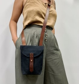 Peg&Awl Small Hunter Waxed Canvas Crossbody Satchel Bag in Coal (Black)