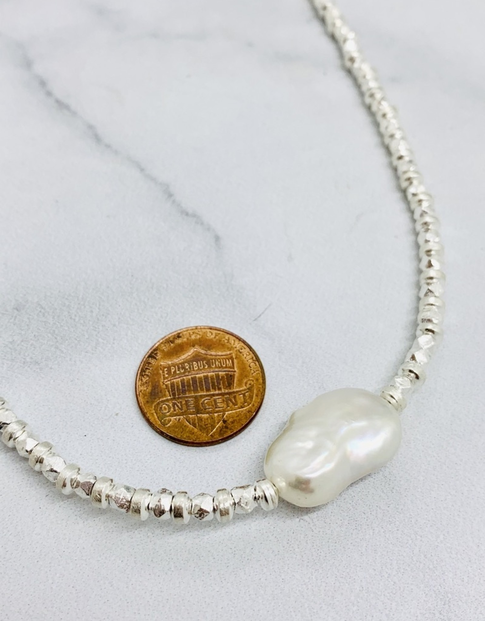 Handmade Necklace with alternating faceted silver/saucers, 1 baroque pearl