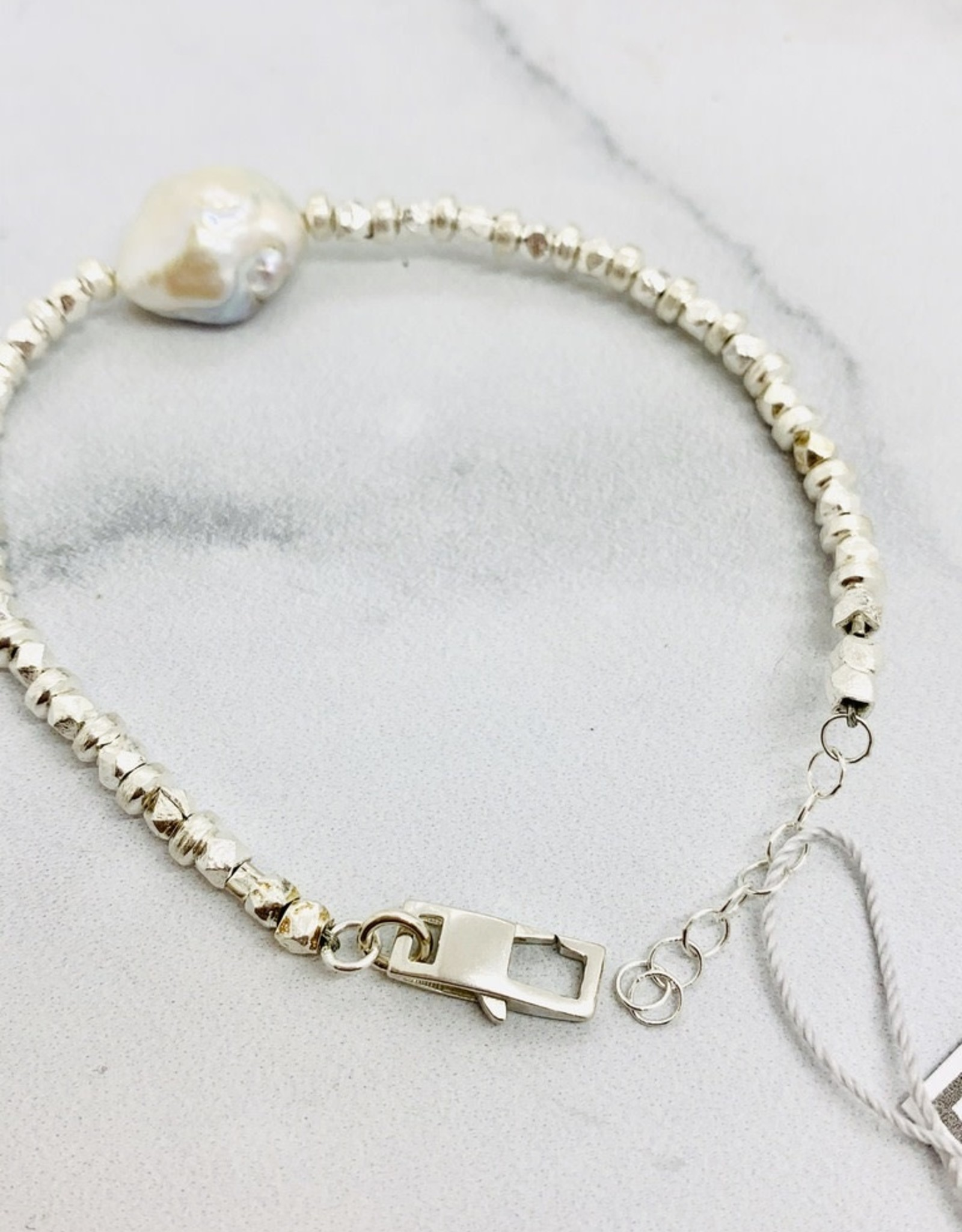 Handmade Bracelet, faceted silver/saucers, 1 baroque pearl
