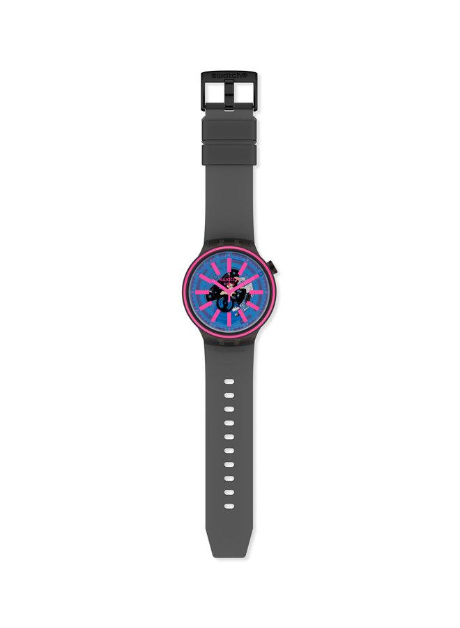 Swatch fond bleu et rose bracelet caoutchouc anthracite 47mm