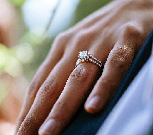 Une bague solitaire en diamant ou or pour des fiançailles extraordinaires.