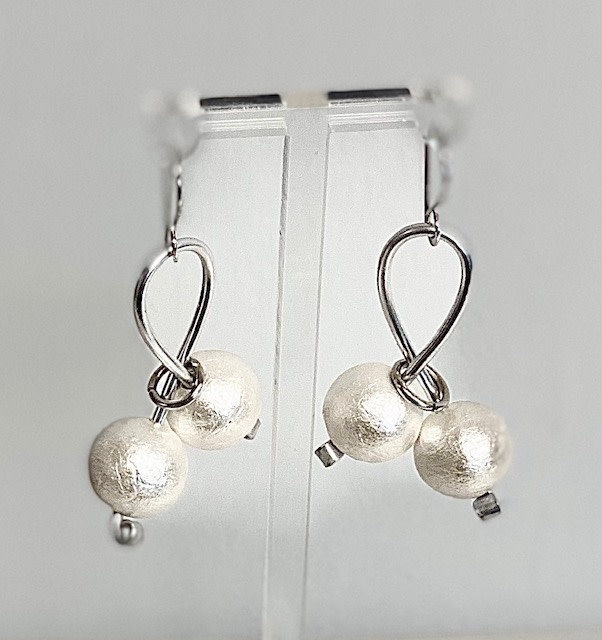 OC 136ER BON BON EARRINGS WHITE