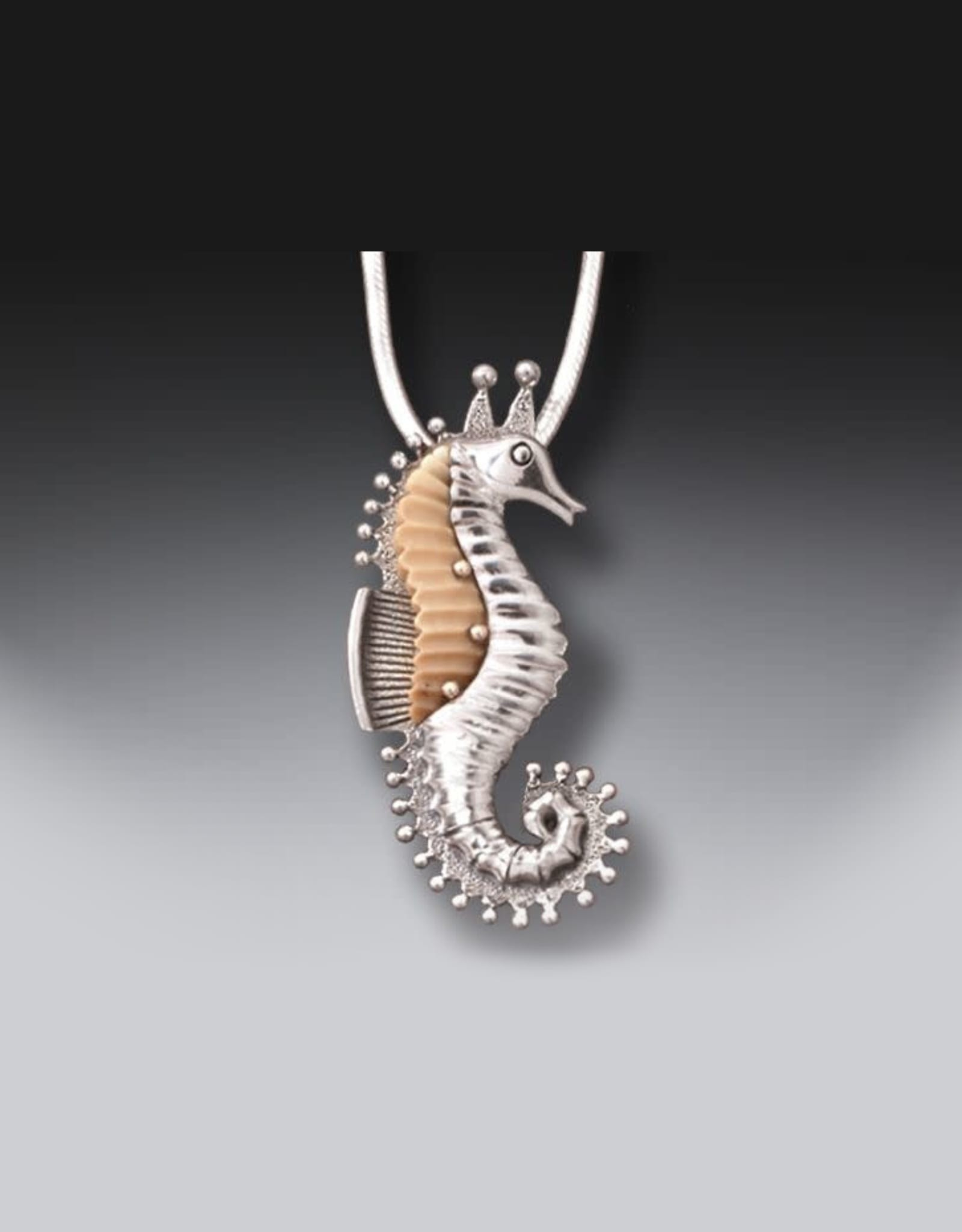 NK Seahorse silv/fossil pend