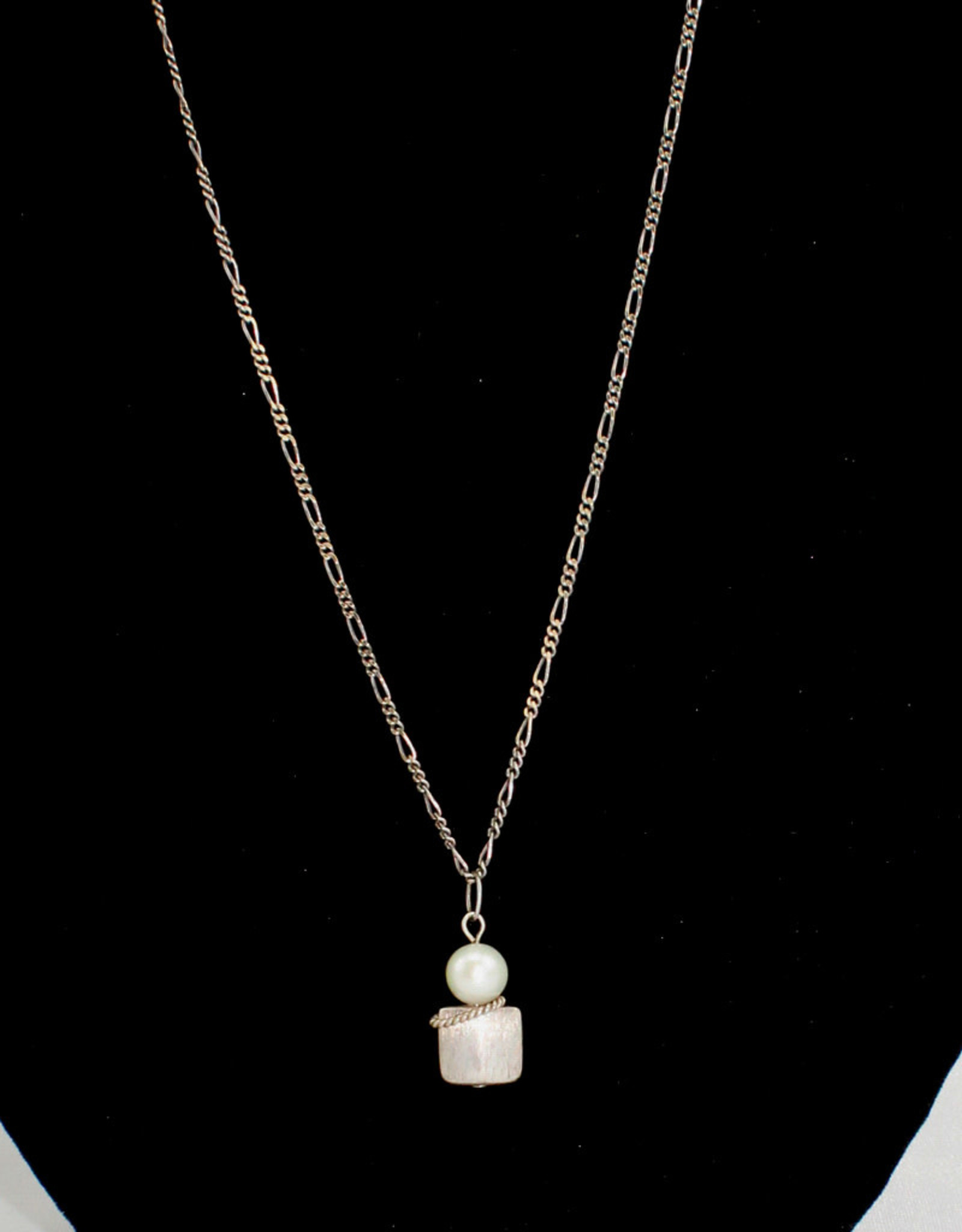 Naomi Jewelry Pearl & Pillow Necklace