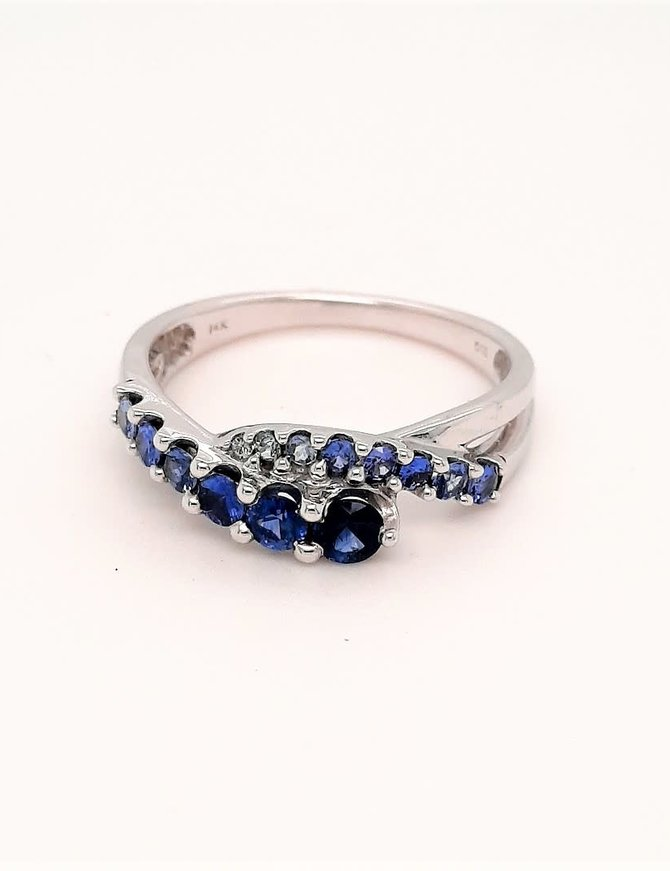 Graduated sapphire (0.70 ctw) ring, 14k white gold