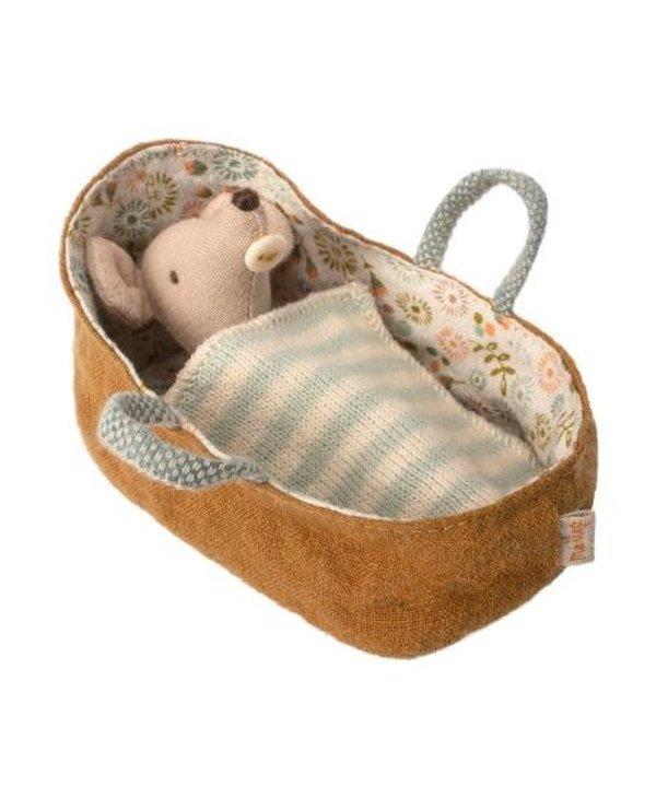 Souris bébé dans panier