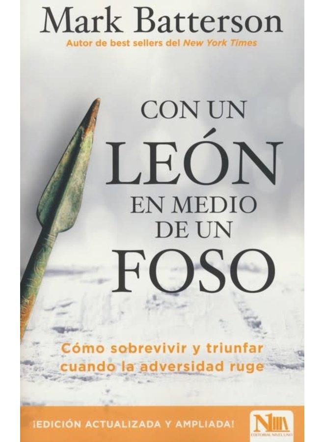 CON UN LEON EN MEDIO DE UN FOSO