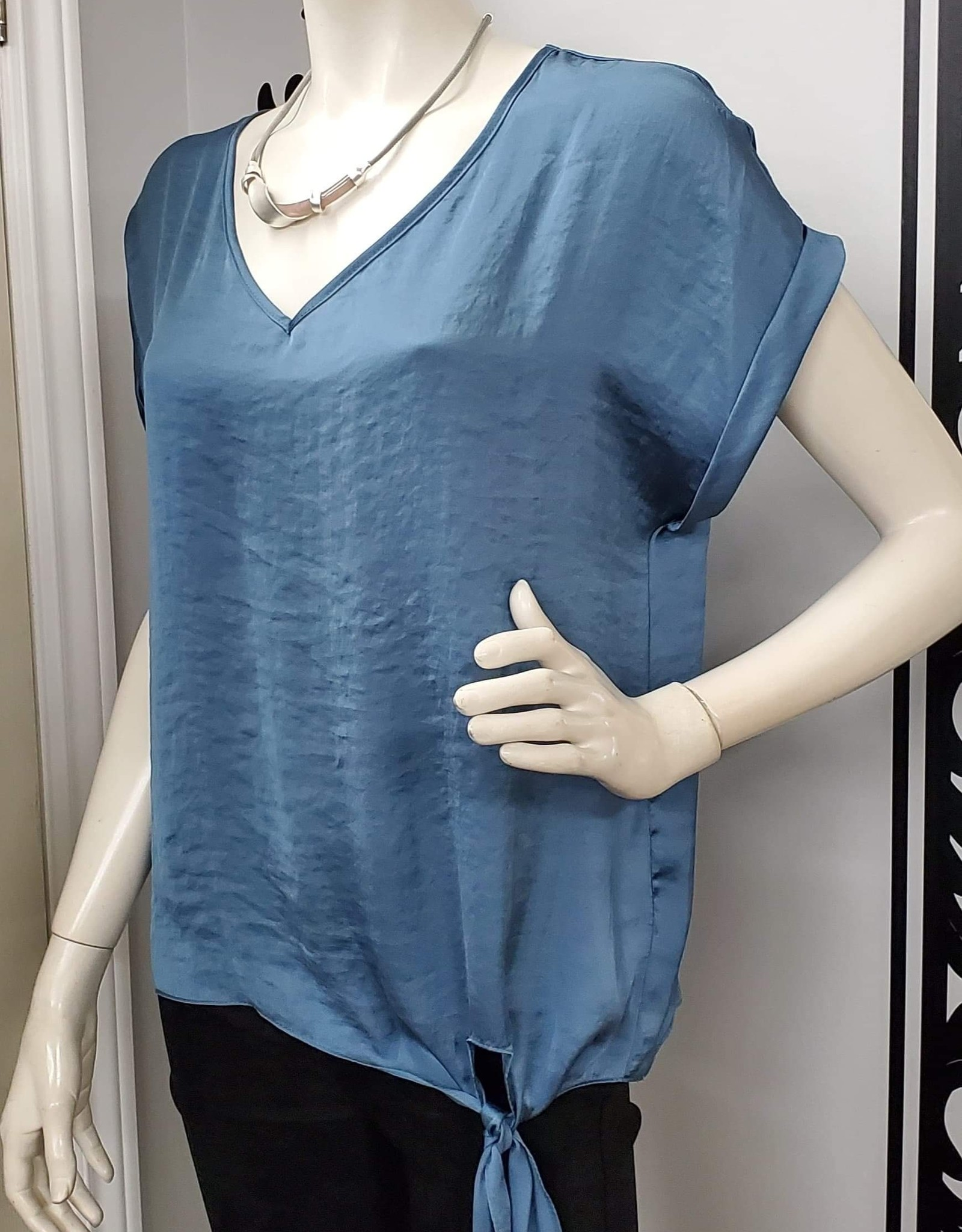 Frank Lyman Frank Lyman 196636 Ladies Top with a Silky feel and knot at side of waist