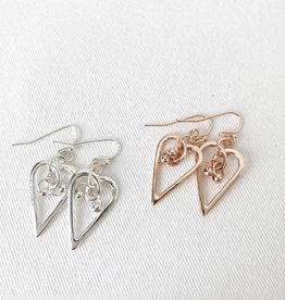 Caracol Wavy metallic heart drop earrings