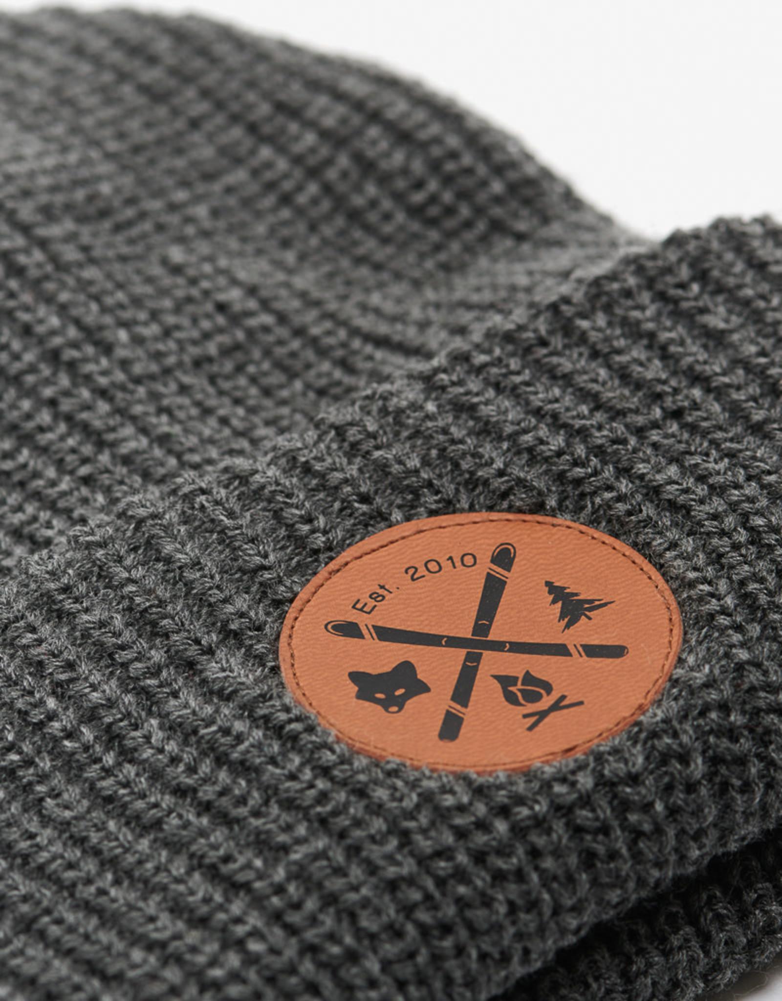 ARSENO Tuque grise 100% acrylique avec écusson cuirette imprimée