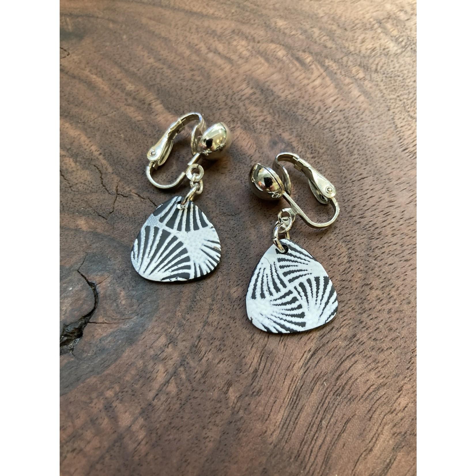 lauren Romagnola 5B Jewelry   Triangle black/white clip on