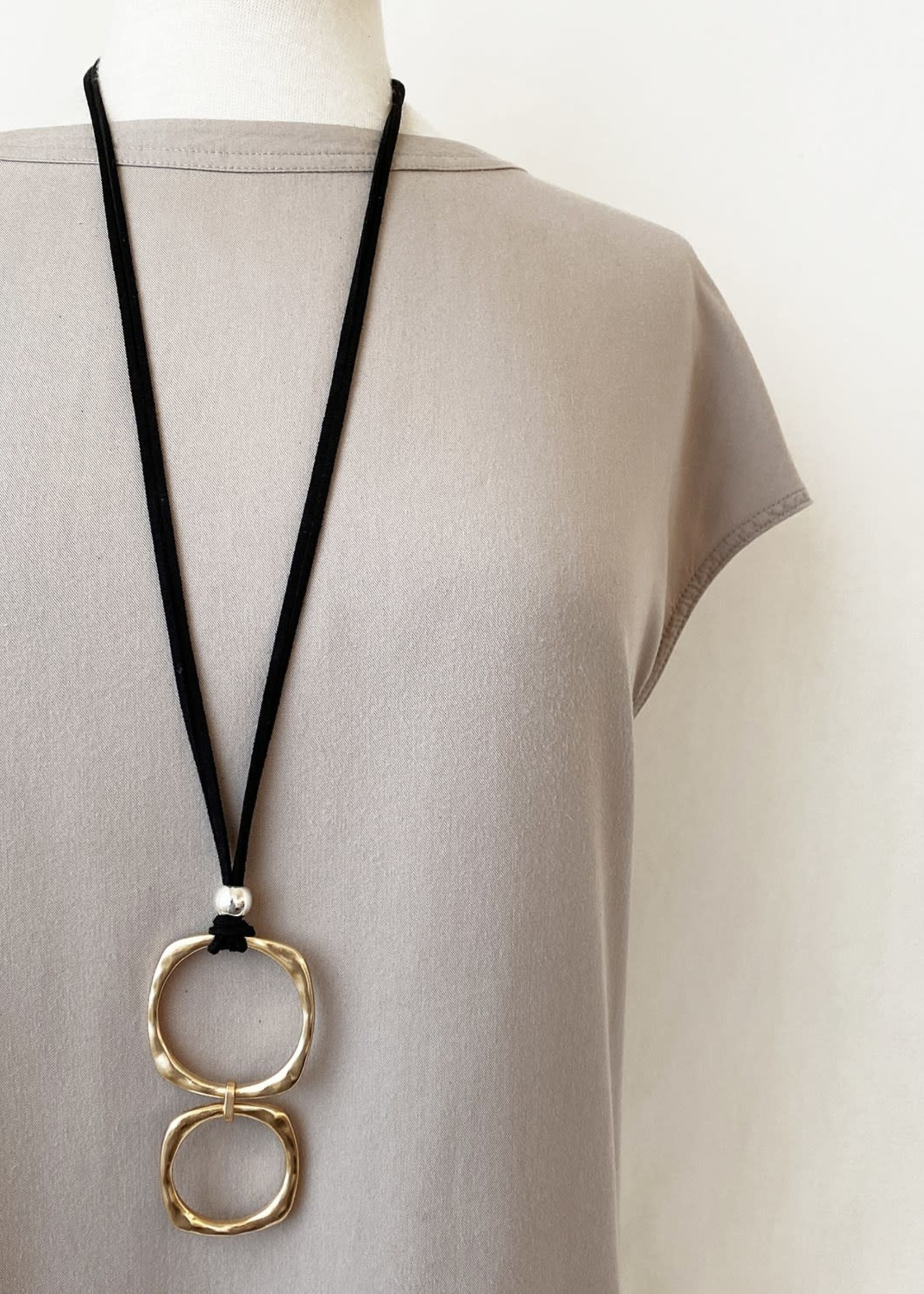 Caracol Pendant Black Suede Squared Rings Gold
