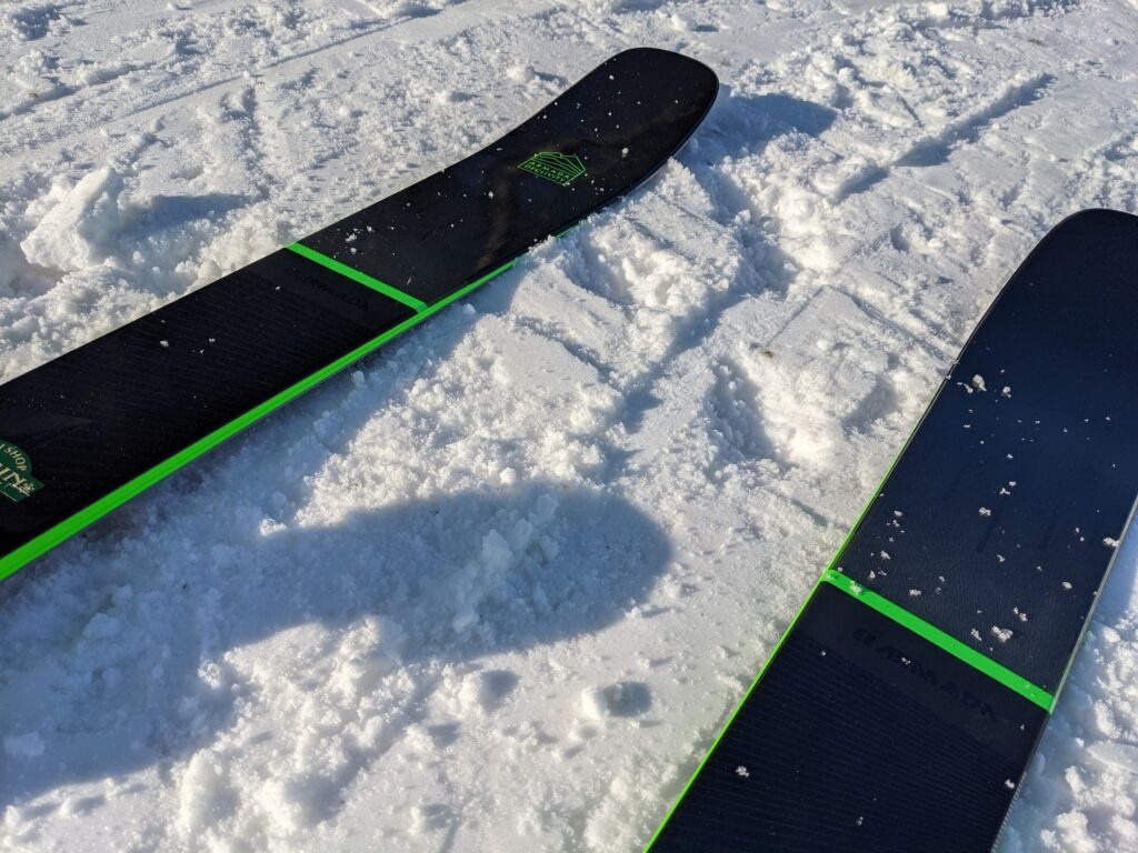 The Declivity 92 Ti sure does look great on snow. While it looks very minimalist on our ski wall, out on snow ski pops.