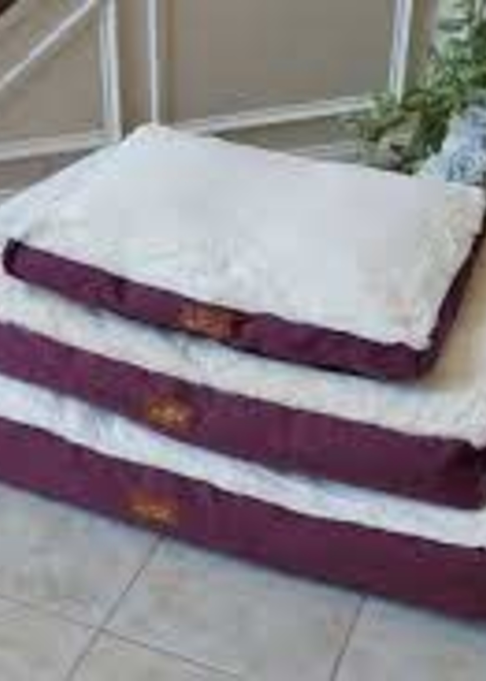 Armarkat Armarkat Large Pet Bed Mat w/Poly Fill Cushion Removable Cover Burgundy & Ivory